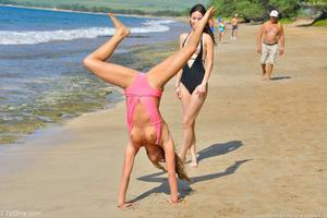 http://img139.imagevenue.com/loc109/th_557665983_Mary_and_Aubrey_Hawaii_II_Beach_Bunnies_56_123_109lo.jpg