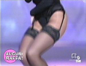 [IMG]http://img139.imagevenue.com/loc110/th_744573757_raffaella.carra_auguri.raffa_18giu2011_akro1_8_122_110lo.jpg[/IMG]