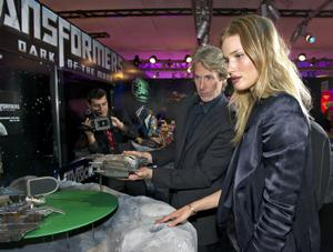 Rosie Huntington-Whiteley playing with Michael Bay's robot (MQ)