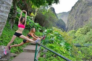 http://img139.imagevenue.com/loc404/th_557886611_Mary_and_Aubrey_Hawaii_II_Hiking_Lao_Valley_12_123_404lo.jpg